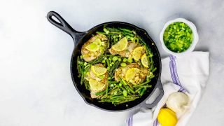 One Pot Lemon Chuletas de cerdo con ajo y sartén de espárragos