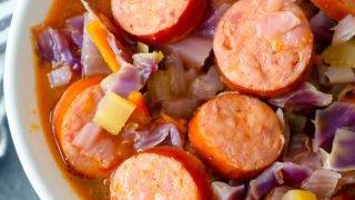 Receta de sopa de salchicha y col
