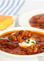 Receta Crockpot Chili que está hecha con carne de res, cerdo y tocino y tiene un fantástico sabor audaz. ¡Este chile de 3 ollas de cocción lenta es la mejor receta de chile que sirve a una multitud!