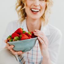 "reír-con-fresas-comida-y-humor-cómo-comer-para-vencer-depresión-por-saludista ""srcset ="" http://bakingwithbasil.com/wp-content/uploads/2017/08/laughing -con-fresas-comida-y-humor-como-comer-para-vencer-depresión-por-healthista-150x150.png 150w, http://bakingwithbasil.com/wp-content/uploads/2017/08/ riendo-con-fresas-comida-y-humor-como-comer-para-vencer-depresión-por-healthista-210x210.png 210w ""tamaños ="" (ancho máximo: 210px) 100vw, 210px"