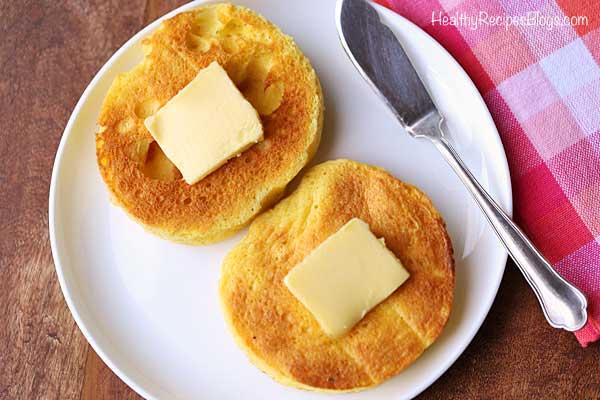 Mano recogiendo pastel de queso relleno de galleta de chispas de chocolate