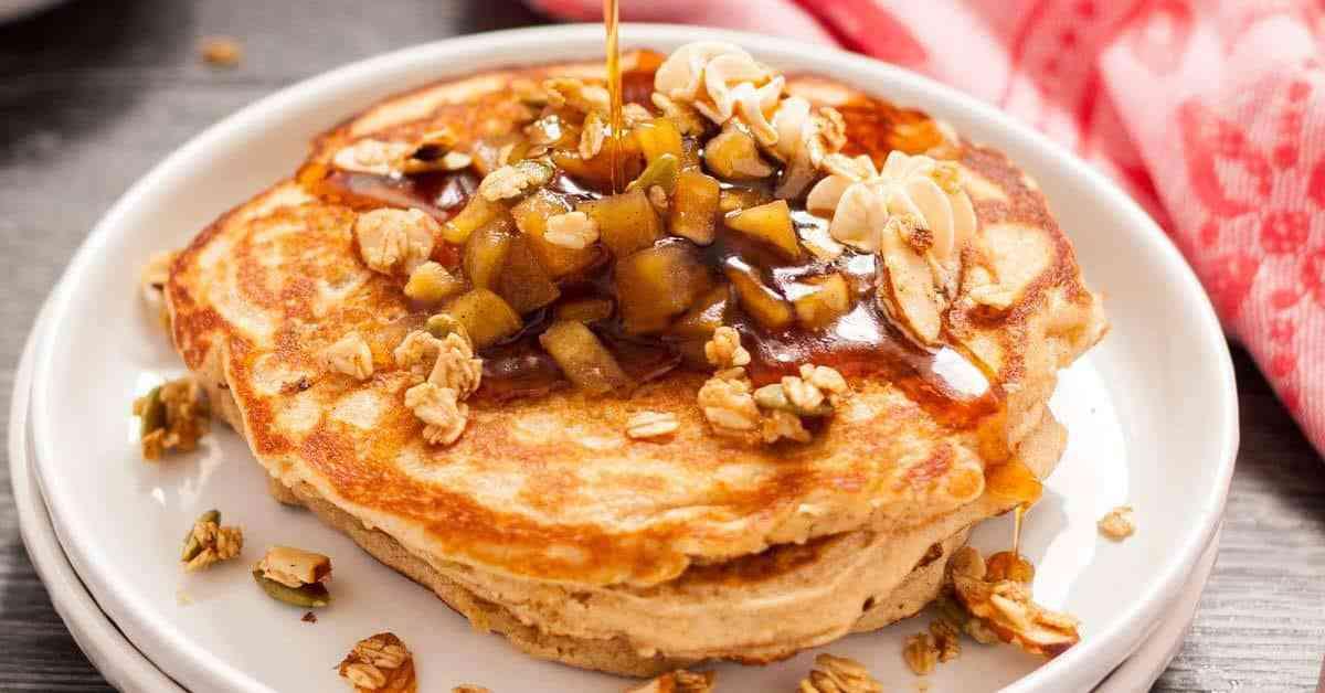 Receta de panqueques de manzana y canela con granola rápida de arce y mantequilla de arce batida