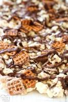 ¡Palomitas de chocolate hechas con chocolate blanco y semidulce, pretzels y anacardos! Nuestra receta fácil de hacer palomitas de chocolate blanco es la combinación perfecta de salado y dulce.