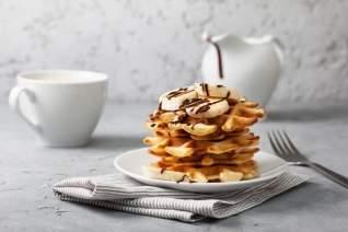 Waffles de plátano y chocolate rociados