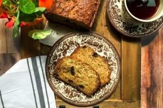 Trozo de pan de calabacín y chocolate con coco rallado