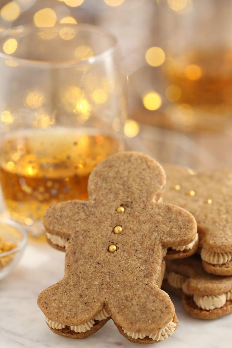 Gingerbread Men Sandwich Cookies   De SugarHero.com