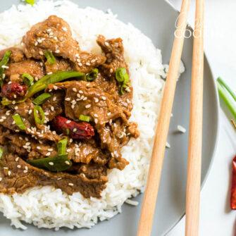 plato de carne mongol con palitos de chuleta