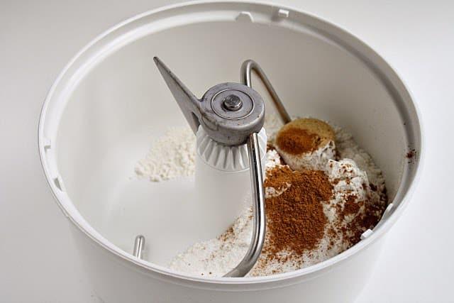¡Los rollos de canela y calabaza son el complemento perfecto para tus recetas de calabaza de otoño! ¡El pan caliente de calabaza y canela con el glaseado encima te hará babear!