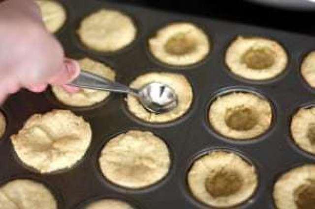 ¡Las galletas de pastel de cereza son una forma fácil de preparar deliciosas tazas de galletas que satisfacen tu antojo de pastel de cereza, sin todo el trabajo!