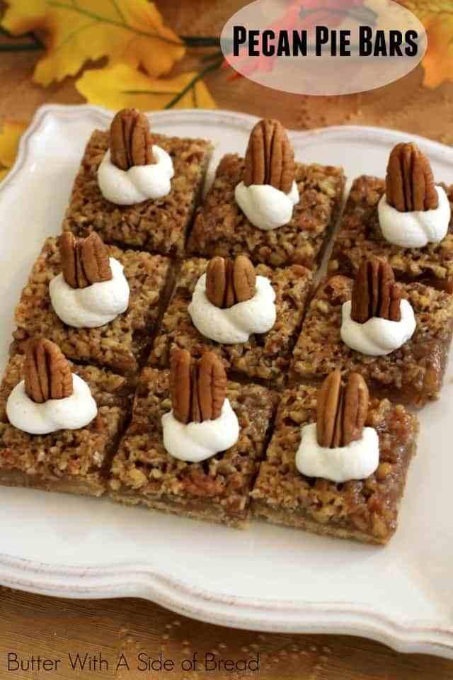 ¡Las barras de pastel de nuez son fáciles de hacer y saben mejor que el pastel de nuez! Con nueces, azúcar moreno y mantequilla, es una receta de otoño que se ha convertido en un favorito de la familia.