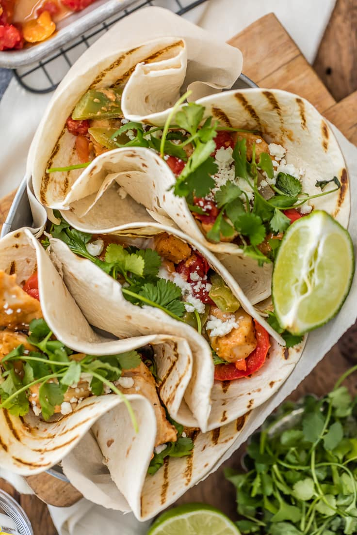 fajitas de pollo saludables: tiras de pollo al horno y verduras en tortillas