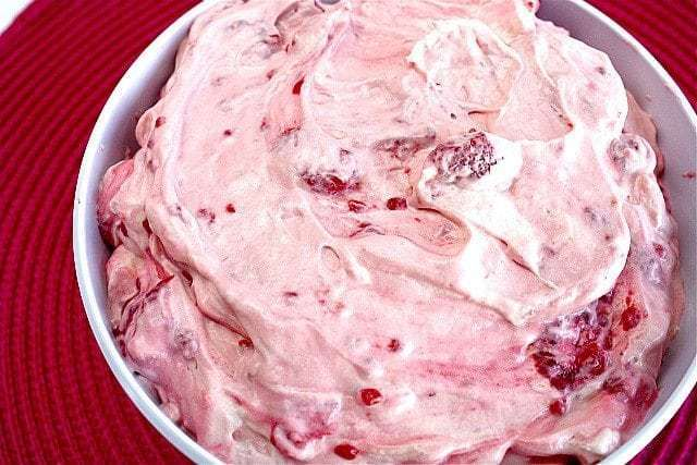 ¡La ensalada de gelatina de vainilla y frambuesa es una de las recetas más fáciles que jamás hayas hecho y es perfecta como guarnición o incluso postre!