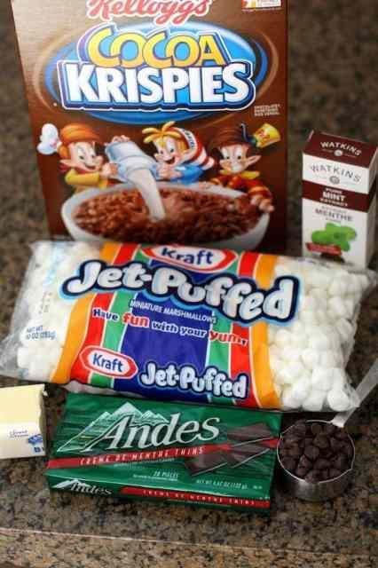 TRATOS DE KRISPIE CON CHOCOLATE DE MENTA: mantequilla con un lado del pan