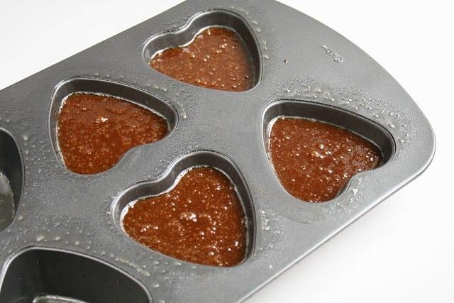 Mantequilla con un lado del pan: pastel de chocolate fundido