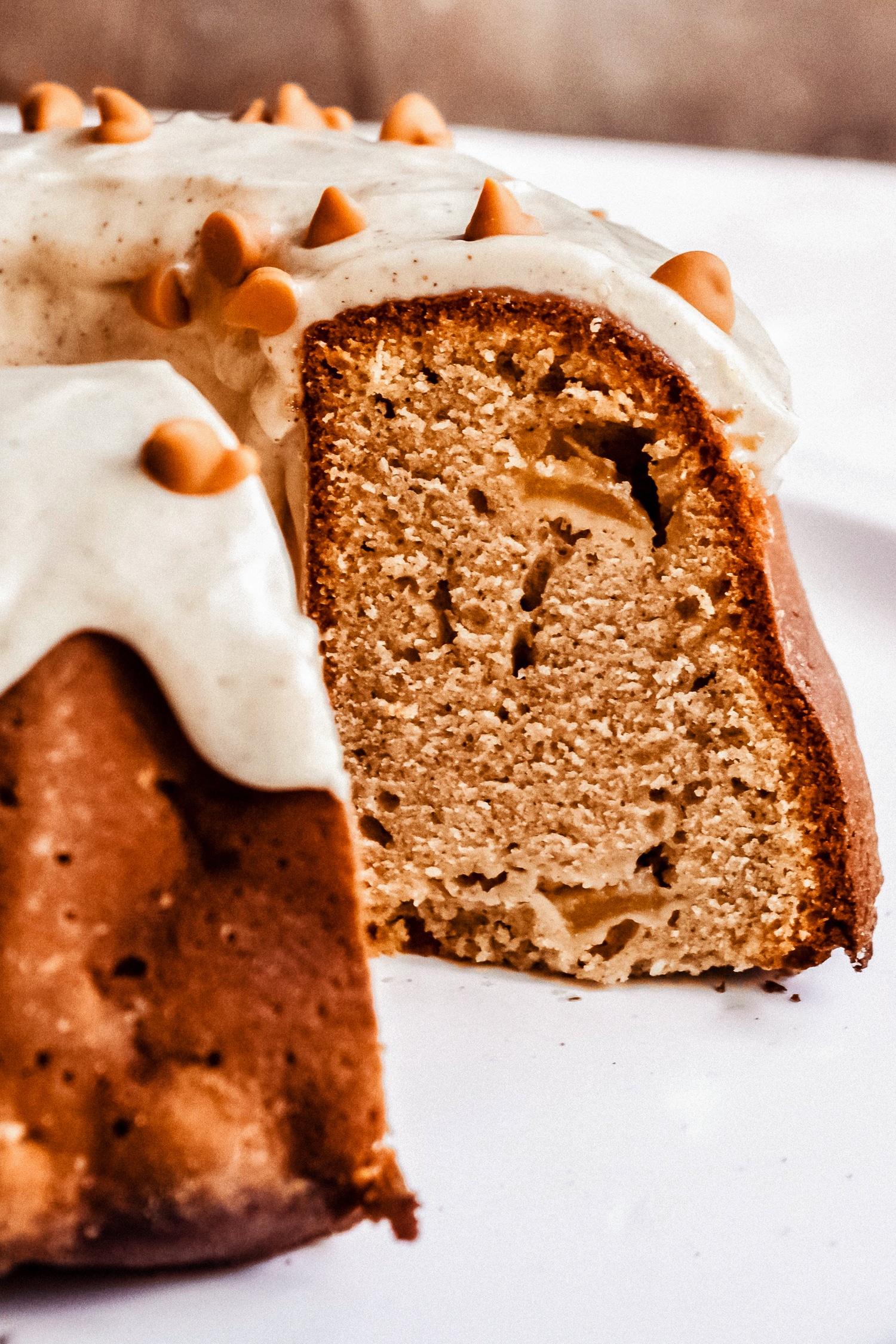 pastel de manzana con una rodaja cortada
