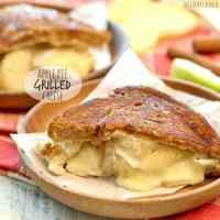 Tarta de manzana a la parrilla de queso! Hecho con brie, mascarpone y relleno de pastel de manzana. ¡ASOMBROSO! El | El novato de las galletas