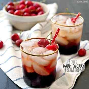¡Soda de crema de cereza oscura para adultos! ¡Cóctel divertido y coqueto hecho con jugo de cereza oscura, refresco de crema y vodka! ¡Mmm! El   El novato de las galletas
