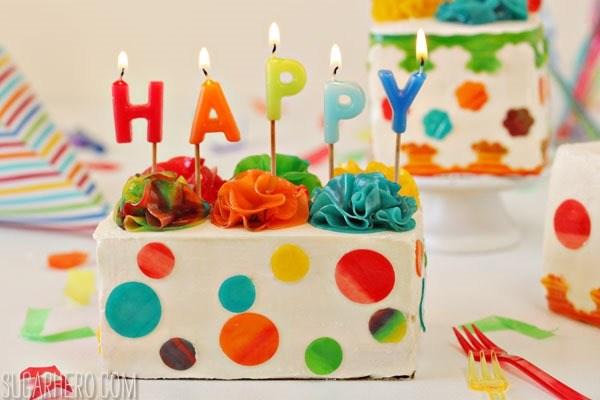 Mini pasteles de regalo de cumpleaños | De SugarHero.com