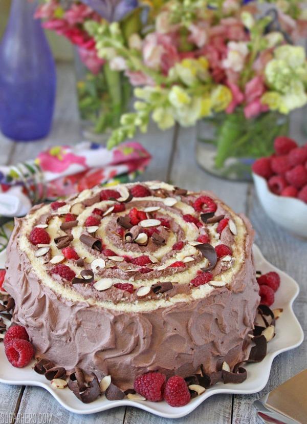 Pastel espiral de frambuesa y almendras | De SugarHero.com