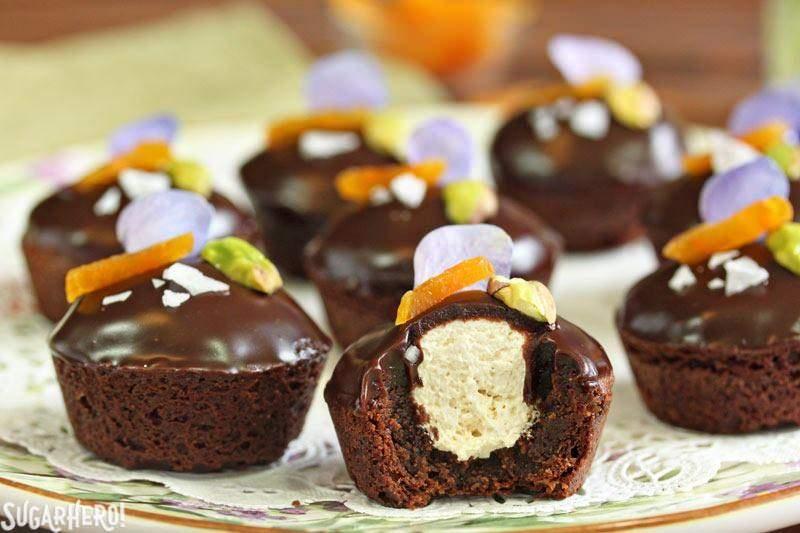 Bocaditos de Brownie Rellenos de Turrón | De SugarHero.com