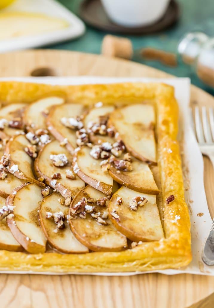 ¡Esta tarta de pera SUPER FÁCIL tiene solo 5 ingredientes y seguramente te complacerá! ¡Las tartas de pera son un postre hermoso y sencillo que encantará a toda la familia! ¡Sirve con helado para un regalo especial!