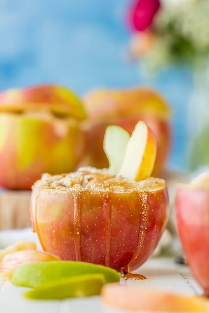 Dip de manzana y pastel de queso con caramelo individual ... ¡servido en MANZANAS y hecho con solo TRES INGREDIENTES! ¡Tan lindo y sabroso para el otoño! ¡Sorprende a tus invitados!