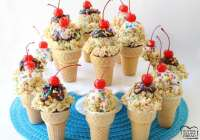 ¡Los conos de helado Rice Krispie son fáciles de hacer y súper lindos también! Las golosinas de malvavisco pegajosas cubiertas con chocolate derretido, chispas y una cereza hacen que estos lindos conos sean increíbles. Bonificación también: ¡cada uno tiene un regalo especial dentro del cono!