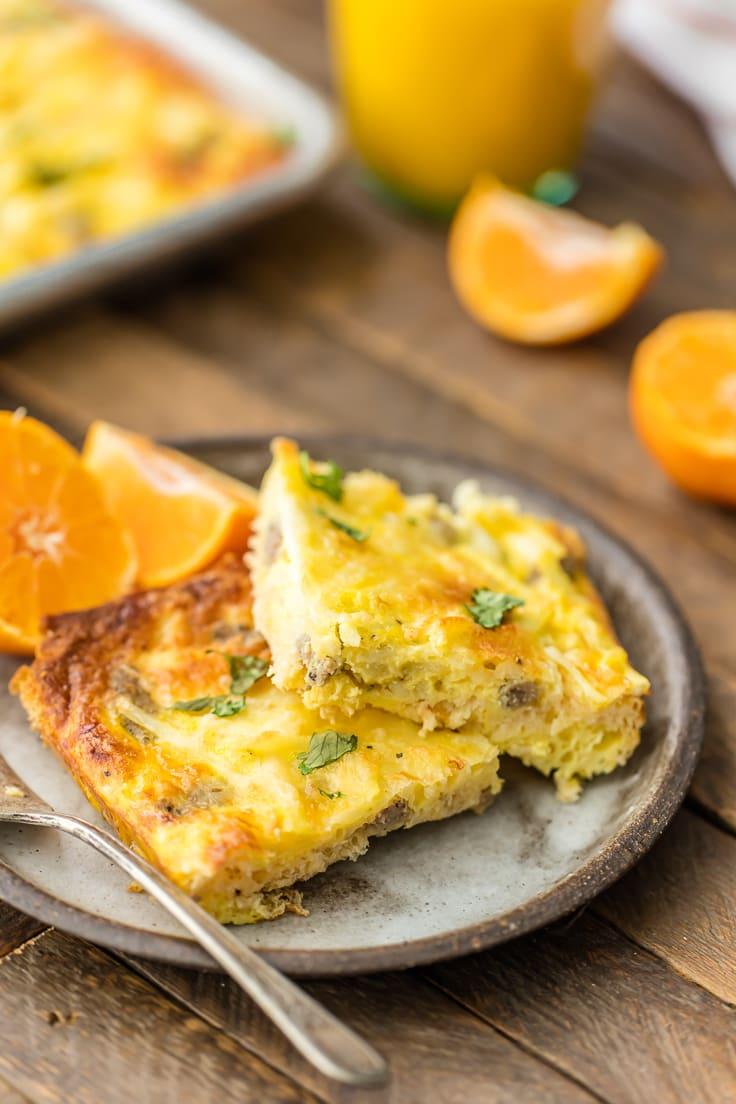 plato de pan sartén pizza de desayuno con rodajas de naranja