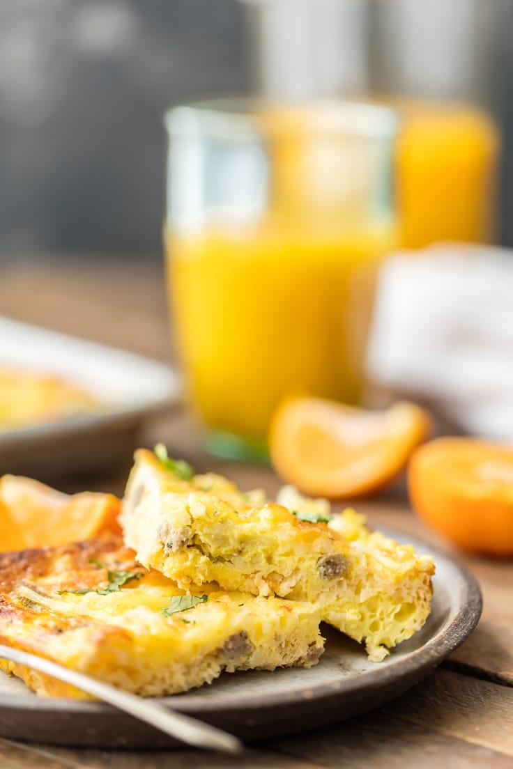 Rodajas de sartén desayuno pizza con vaso de jugo de naranja en segundo plano