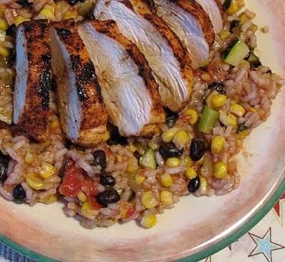 Pollo a la parrilla picante con frijoles negros y arroz