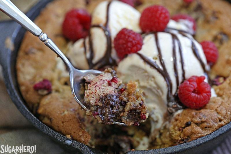 Galletas de sartén de trufa y frambuesa: ¡llenas de trufas de chocolate, frambuesas y nueces! El | De SugarHero.com