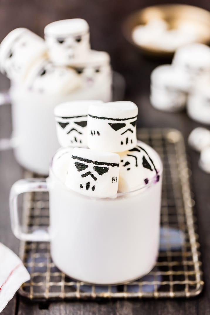 ¡Este FÁCIL Chocolate Blanco Caliente con Malvaviscos Stormtrooper es la receta perfecta de bebidas calientes para los fanáticos de Star Wars este invierno! ¡Tan lindo, divertido y simple!