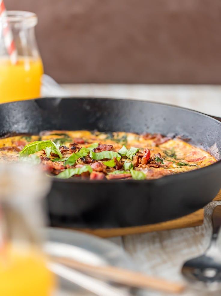 One Pan BLT Skillet Frittata en sartén de hierro fundido con jugo de naranja en el fondo