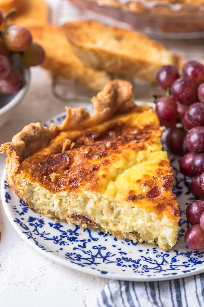rodaja de quiche en un plato con uvas