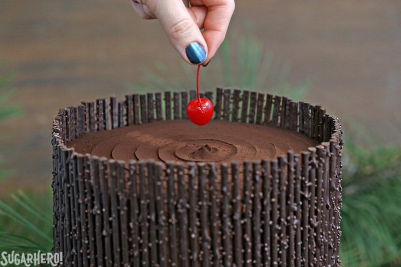 Black Forest Cake: ¡el clásico pastel de chocolate y cereza con ramitas de chocolate! El | De SugarHero.com