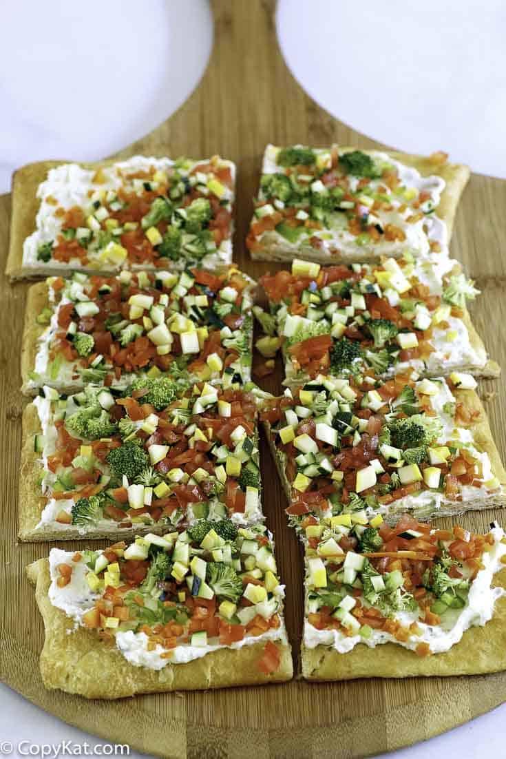 Rollos de media luna de pizza de parche de verduras en una tabla