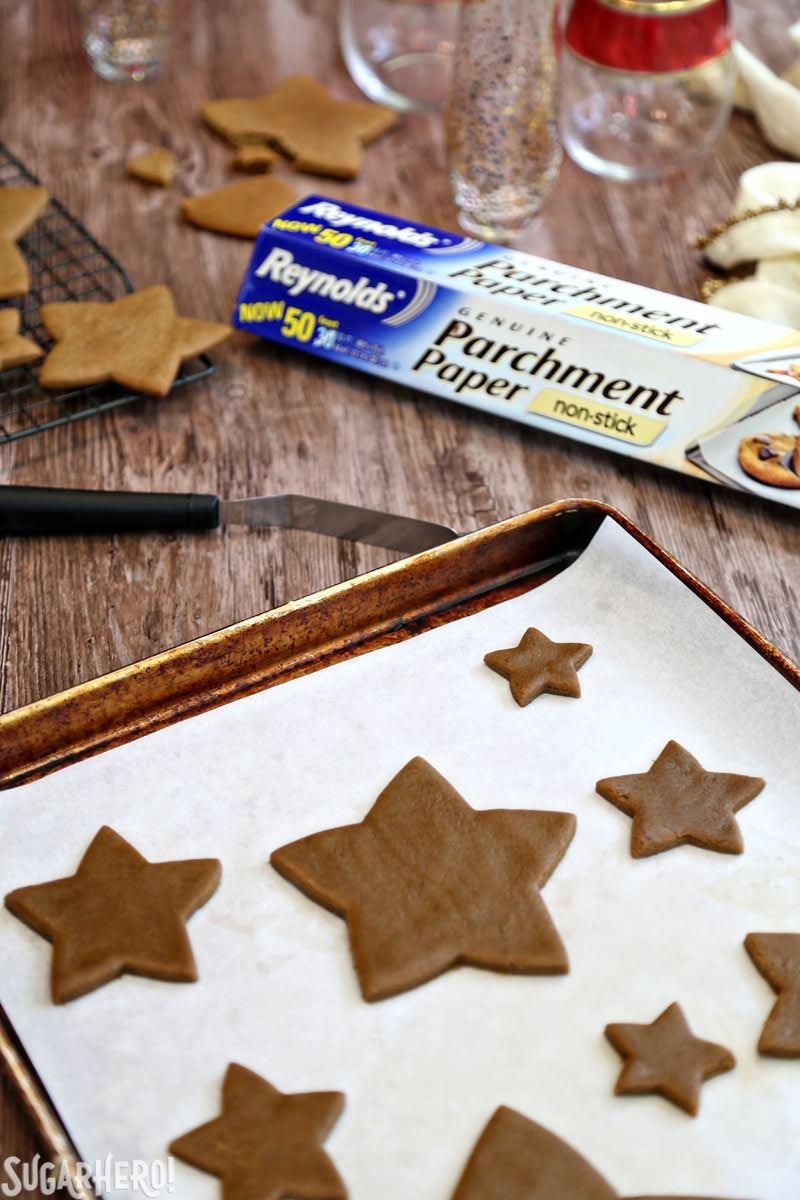 Hacer un árbol de galletas de Navidad de pan de jengibre | De SugarHero.com