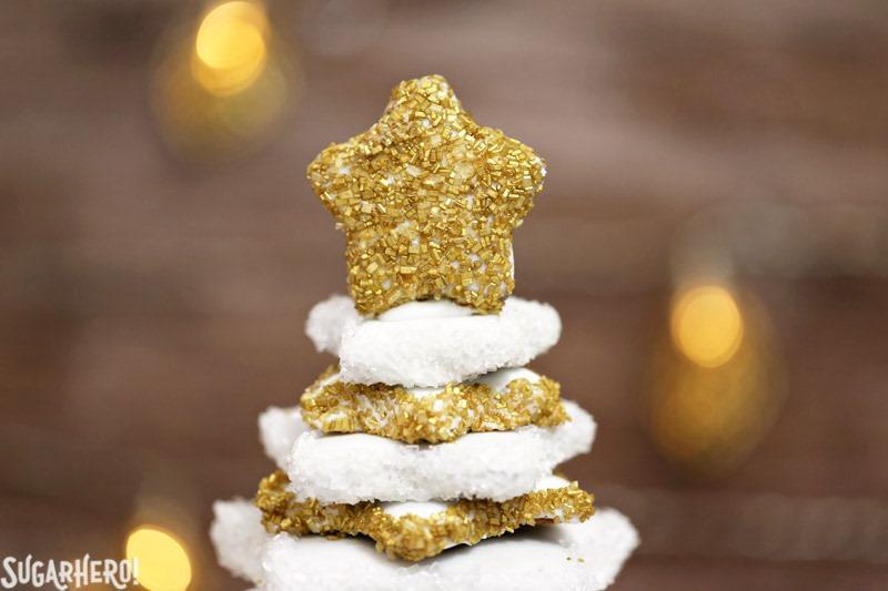 Gingerbread Christmas Cookie Tree: ¡un hermoso árbol de postres hecho completamente de galletas de jengibre! Es un hermoso y delicioso postre navideño | De SugarHero.com