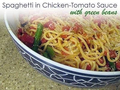 Espagueti en salsa de pollo y tomate con judías verdes