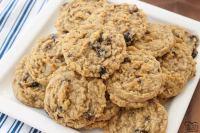 ¡Galletas de avena con pasas que realmente son las MEJORES! La avena, las pasas, la mezcla de pudín y las especias se combinan en las galletas de avena y pasas más deliciosas, suaves y masticables.
