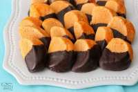 Chocolate Orange Cookies imitan rodajas de naranja bañadas en chocolate. ¡El sabor cítrico brillante y ácido proviene de la mezcla de naranja Kool-Aid horneada en las galletas!
