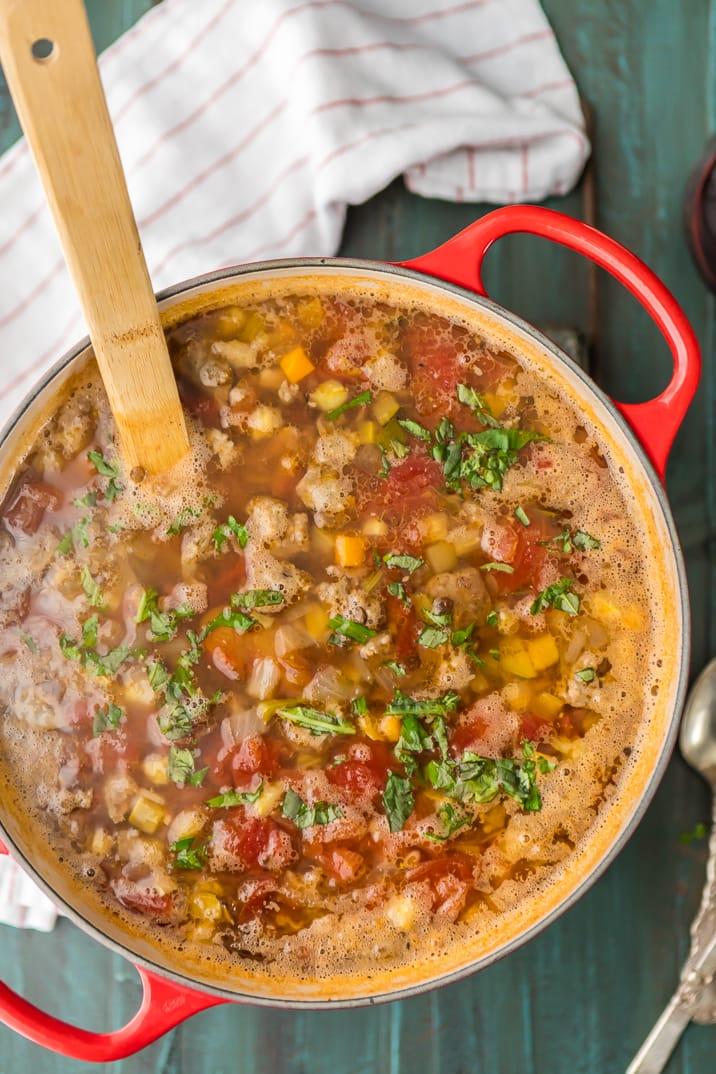 Sopa de salchichas y lentejas en una olla, visto desde arriba