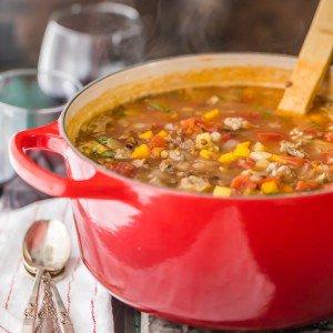 Copycat Carrabba's Sausage and Lentil Soup ... ¡su comida favorita en el restaurante es fácil de hacer en casa! Esta increíble sopa de lentejas y salchichas es un alimento básico en nuestra casa. ¡Tan delicioso!