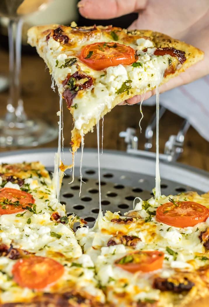 Cerrar rebanada de pizza blanca gourmet fácil