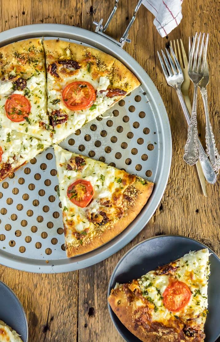 pizza blanca gourmet fácil en bandeja de pizza y en un plato con tenedores