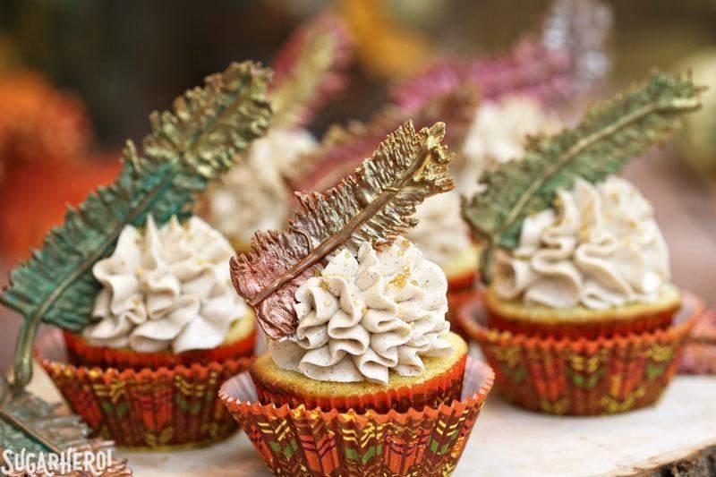 Plumas de chocolate y pastelitos de Acción de Gracias | De SugarHero.com