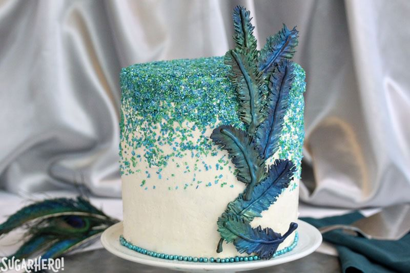Pastel de pavo real con plumas de chocolate en la clase artesanal de Elizabeth LaBau | De SugarHero.com