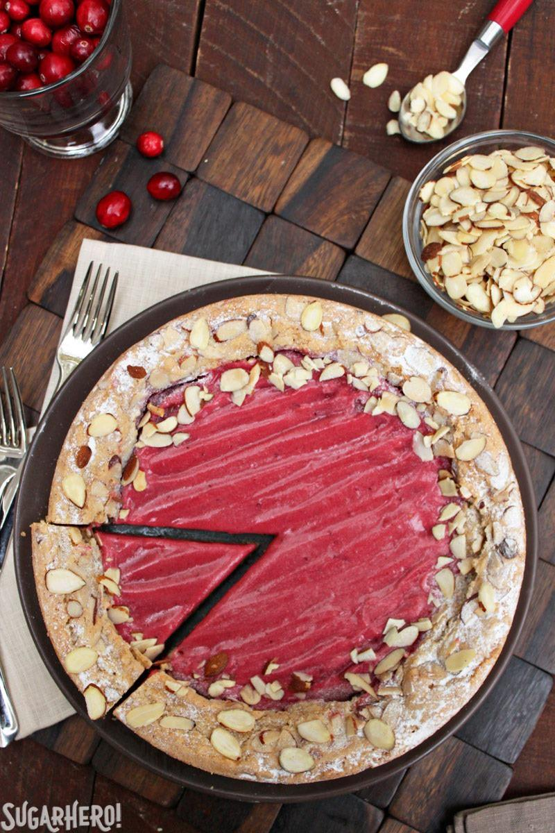Pastel de almendras y cuajada de arándanos | De SugarHero.com
