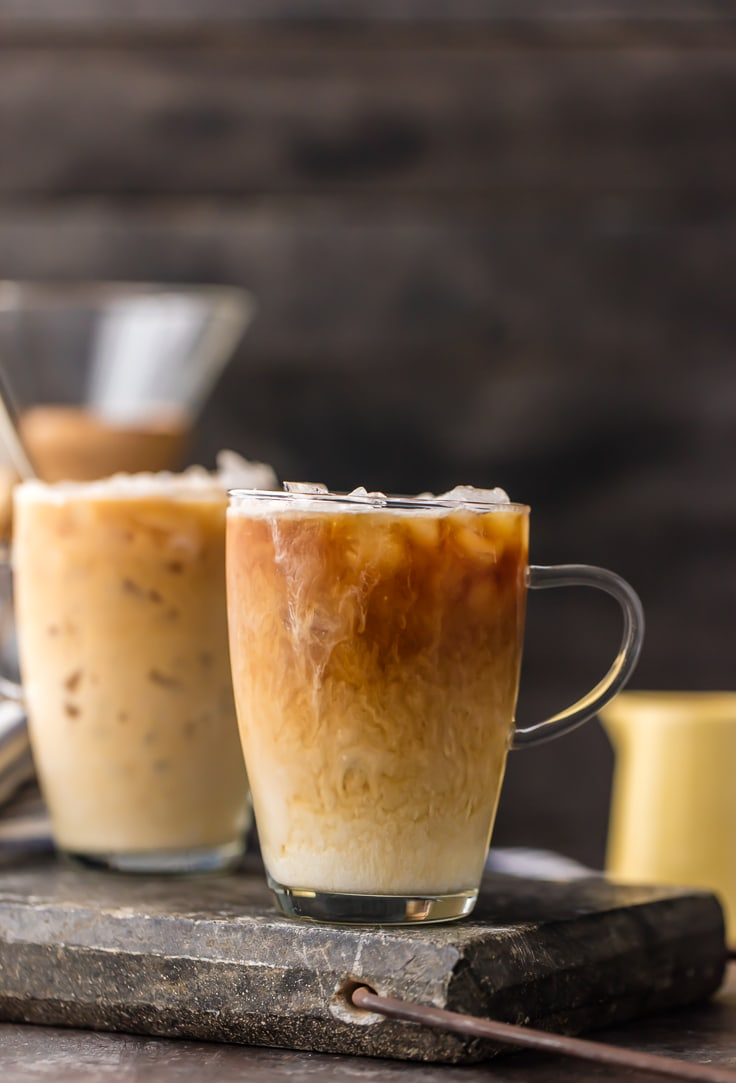 Thai Iced Coffee se ha convertido rápidamente en una de mis bebidas alcohólicas favoritas. Esta receta de café helado tailandés es una receta de café helado tan refrescante, sabrosa y fácil. Hemos hecho una versión alcohólica y no alcohólica de esta deliciosa receta de café helado, que infunde especias directamente en la preparación y usa leche condensada azucarada tanto para el edulcorante como para la crema. ¡La mejor manera de despertarse es este café helado tailandés de ensueño!