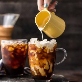 RECETA DE CAFÉ FAVORITA; ¡Café helado tailandés claveteado! Una receta de café helado tan refrescante, sabrosa y fácil. ¡Un toque de Amaretto lo lleva por la cima! ¡Ambas versiones de cóctel y cóctel!